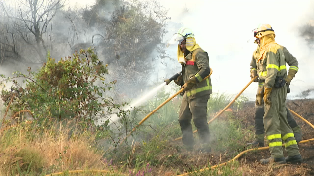 Segue activo o incendio de Lobios que leva queimadas 400 hectáreas no Parque Natural do Xurés