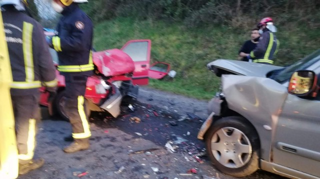 Accidente mortal nun choque frontal entre un turismo e unha furgoneta nos Peares